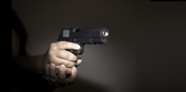 Resultado de imagem para fotos de gente apontando um revolver
